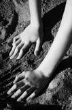 Hände im Sand Stockfotografie