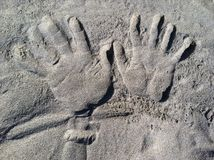 Hände im Sand Stockfotos