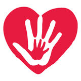 Hände innerhalb des großen roten Herzens Stockbild