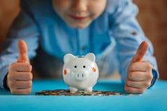 Hände Kind und Sparschwein- oder Geldkasten Lizenzfreies Stockbild