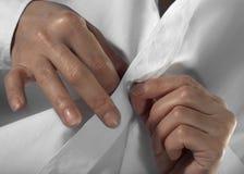 Hände knöpfen eine Taste auf Stockfotografie