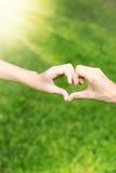 Hände lieben zusammen von der Mutter und von ihrer Tochter Lizenzfreie Stockfotos
