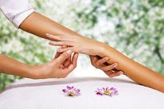 Hände massieren im Badekurortsalon Stockfoto