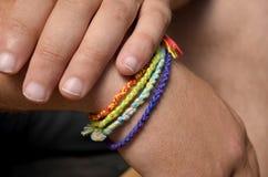 Hände mit Armbändern Stockbild
