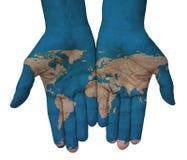 Hände mit Ball mit Flaggen, Karte der Welt gezeichnet Lizenzfreies Stockbild