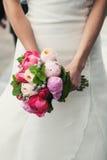 Hände mit Blumenstrauß Lizenzfreies Stockbild