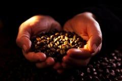 Hände mit coffeebeans Stockfotografie