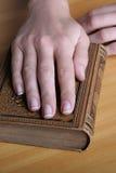 Hände mit dem Buch lizenzfreie stockfotografie