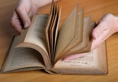 Hände mit dem Buch lizenzfreie stockfotos