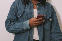 Hände mit dem Handy Lizenzfreie Stockfotos
