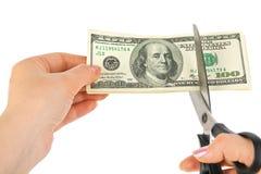 Hände mit den Scheren, die Geld kürzen lizenzfreies stockbild