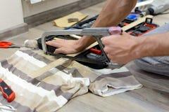 Hände mit einem Metallsäge Sawingmetall stockfotos