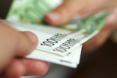 Hände mit Euros. Lizenzfreie Stockbilder