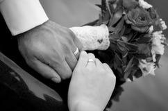 Hände mit Hochzeitsringen Lizenzfreie Stockbilder