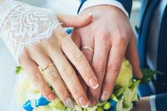 Hände mit Hochzeitsringen Stockfotos
