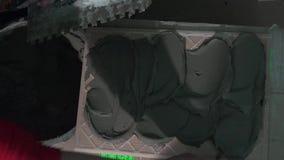 Hände mit Kelle setzten den klebenden Kleber, der auf Wandfliesenoberfläche konkret ist stock footage
