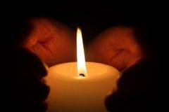 Hände mit Kerze Lizenzfreies Stockbild