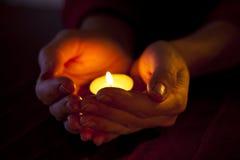 Hände mit Leuchte Stockbild