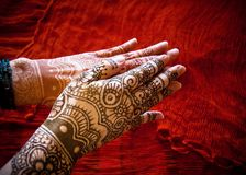 Hände mit Mehndi lizenzfreie stockfotografie