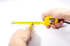 Hände mit messendem Band und Ausschnitthilfsmittel Lizenzfreie Stockfotos