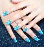 Hände mit Nagelkunst Stockfotografie