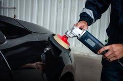 Hände mit polierter Oberfläche des Autos Lizenzfreie Stockbilder