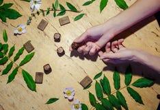 Hände mit Ringen, Runen und Minze lizenzfreie stockfotos