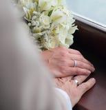 Hände mit Ringen und Blumen Stockbilder