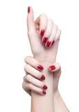 Hände mit roter Maniküre Stockfotos