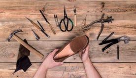 Hände mit Schuh Stockfotos