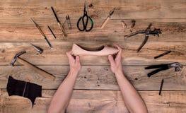 Hände mit Schuh Lizenzfreies Stockfoto
