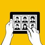 Hände mit Tabletten-PC - schauend durch Fotos Stockbilder