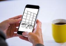 Hände mit Telefon mit Kaffee hinten Auf dem Schirm des Telefons ein Plan des Designs vom neuen Stockfoto