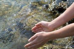 Hände mit Wasser lizenzfreie stockfotos
