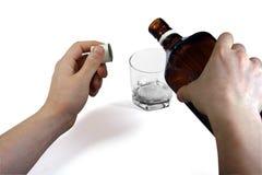 Hände mit Whiskyflasche Lizenzfreies Stockbild