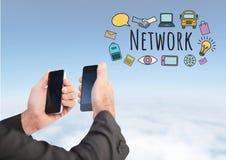 Hände mit zwei Telefonen und Netz simsen mit Zeichnungsgraphiken Lizenzfreies Stockfoto
