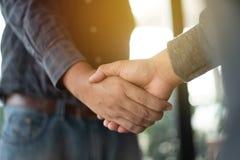 Hände nach dem Treffen und dem Austausch von Ideen und von Flosse rütteln Stockfotos