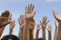 Hände oben gegen blauen Himmel lizenzfreie stockfotos