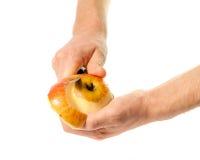 Hände reinigten Apfel Stockfoto