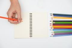 Hände schreiben auf das Buch lizenzfreie stockfotos