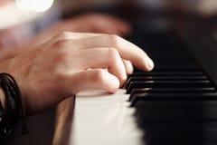 Hände spielen auf einem modernen musikalischen synthesizer stockfotos