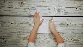 Hände stellen ein Papierflugzeug her stock video