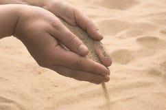 Hände streuen Sand Lizenzfreie Stockfotografie