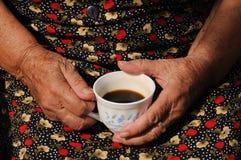 Hände um eine Kaffeetasse Stockfotos