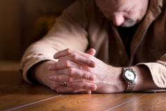 Hände umklammert in der Verzweiflung Stockfotografie