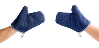 Hände und blauer Ofenhandschuh Stockbilder