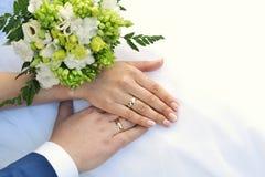 Hände und Blumenstrauß Lizenzfreies Stockbild