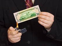 Hände und burnning Geld Stockfoto