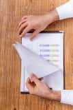 Hände und Dokumente Stockbild