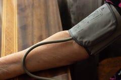 Hände und ein messender Druck des Gerätes auf dem Tisch, ein Stück von p Lizenzfreie Stockfotografie